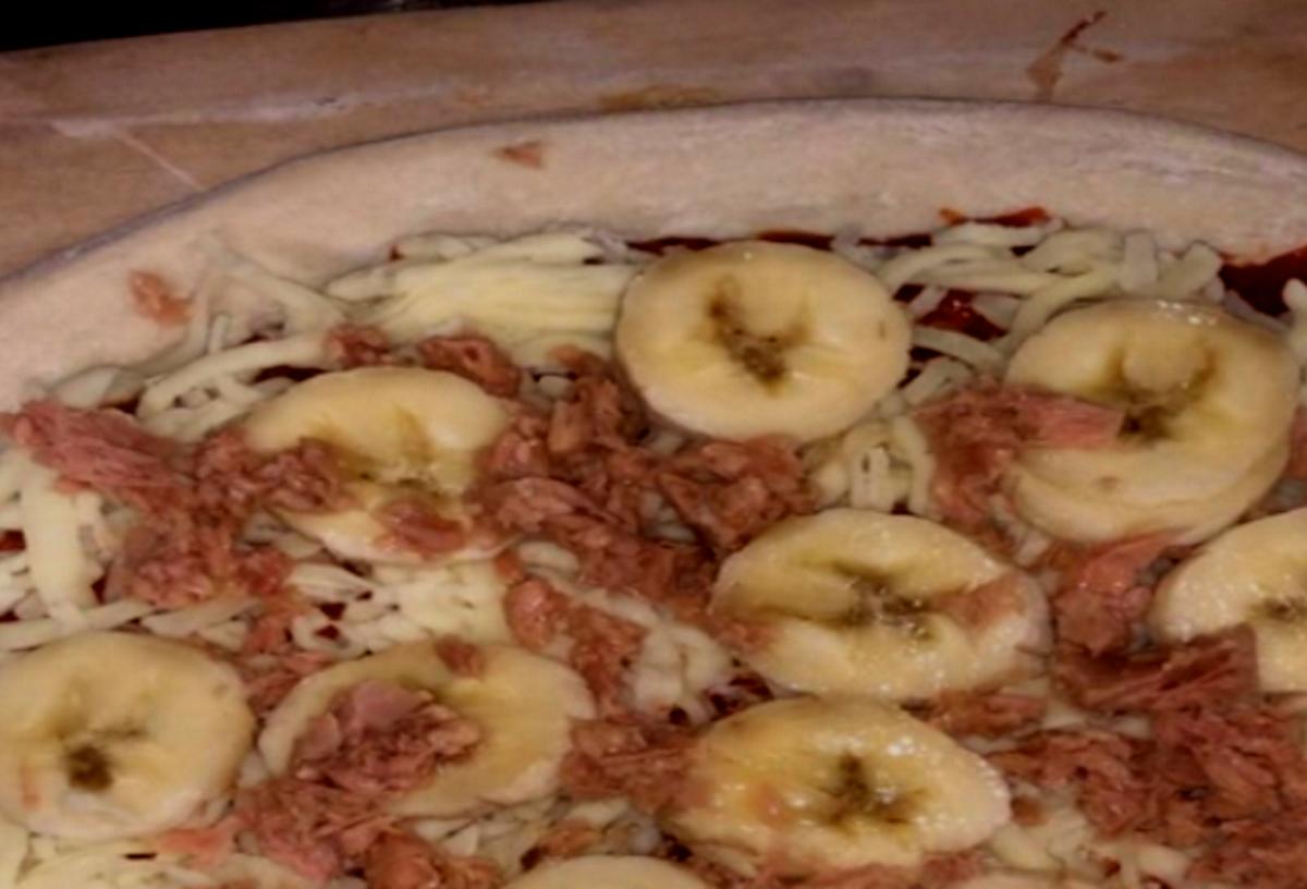 Pizza con banane e tonno