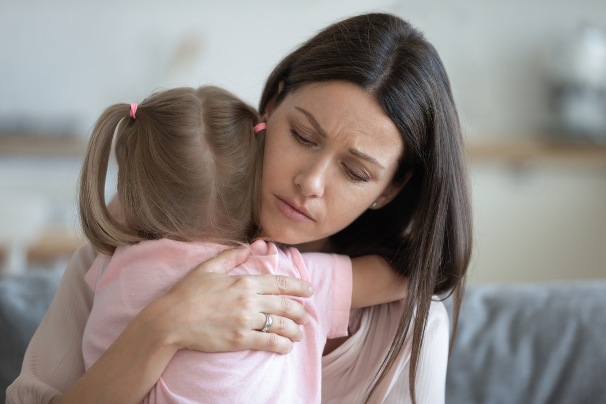 Genitori che proteggono i figli