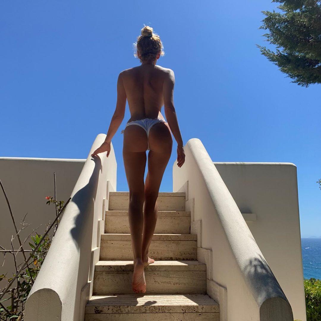 Alessia Marcuzzi in uno scatto sexy pubblicato su Instagram