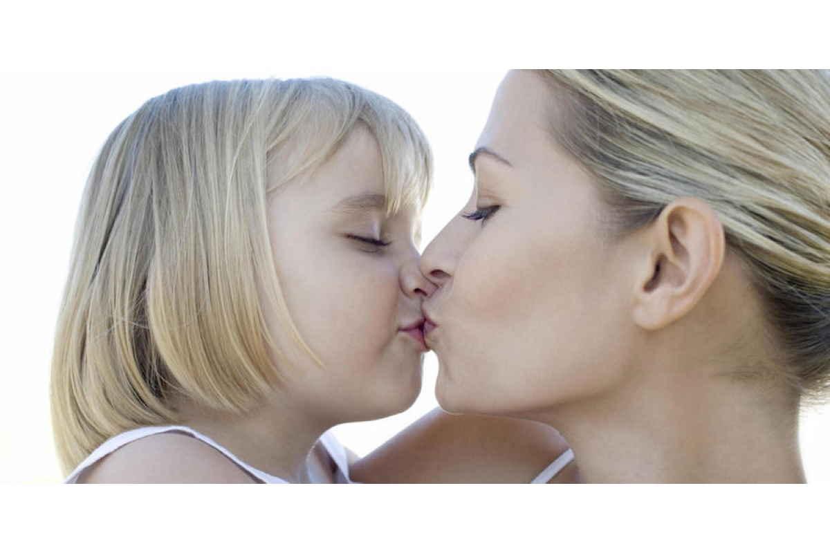 baciare figli sulle labbra
