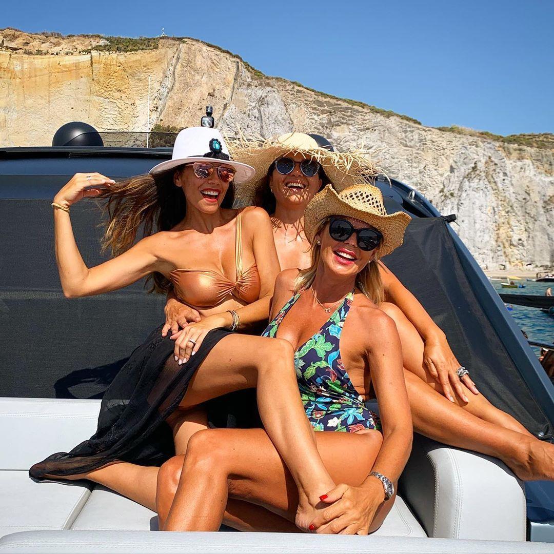 Matilde Brandi con le amiche Flora Canto e Tosca