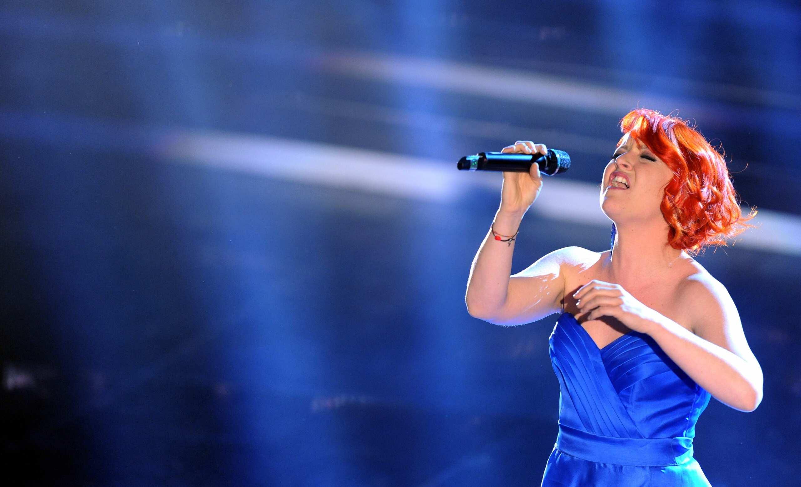 Noemi nella serata finale di Sanremo 2012 in un elegante abito blu elettrico / Fonte foto: GQ Italia