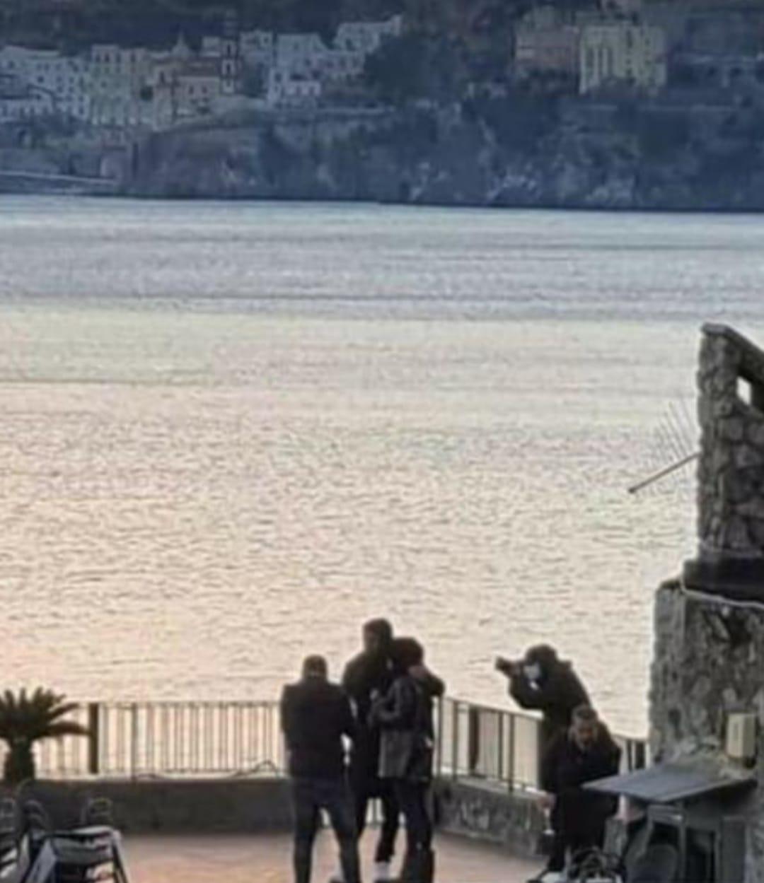 Can Yaman e Diletta Leotta circondati da fotografi e bodyguard